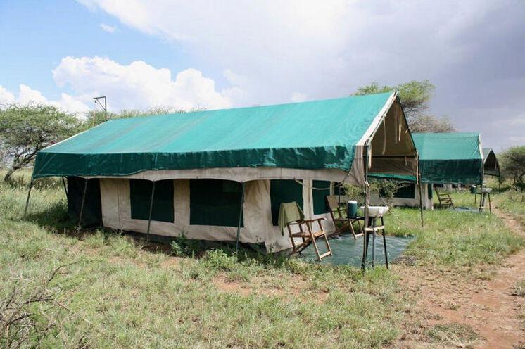 """...in einem sogenannten """"Permanent Tented Camp"""" (nur in der Serengeti und beim Ngorongoro Krater) mit Holzbett..."""