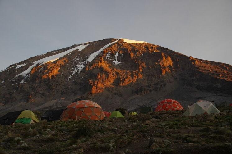 Eines der schönsten Camps auf der Machame/Lemosho Route: Das Karanga Camp auf 3930 Meter mit Blick auf den Kibo bei Sonnenuntergang