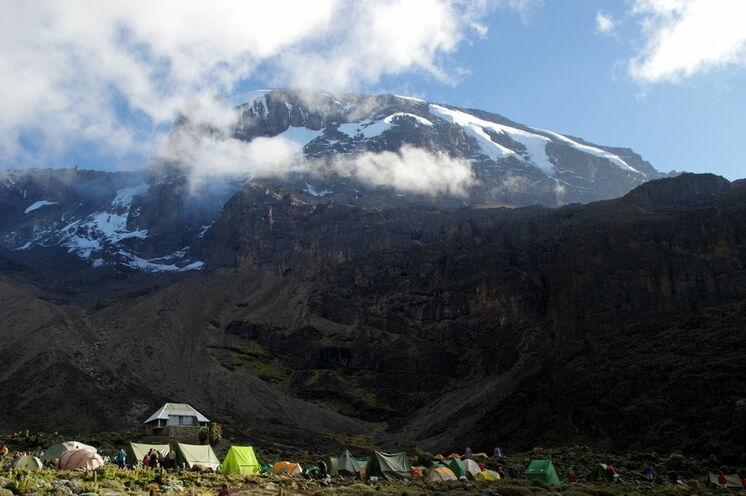 Spektakulärer Ausblick auf die Western Breach Wall des Kilimanjaro vom Barranco Camp (3960m)