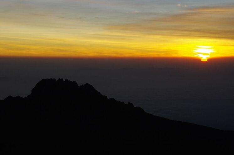 Sonnenaufgang am Uhuru Peak 5895 m (mit Blick zum Mawenzi) vom Stella Point (5745m)