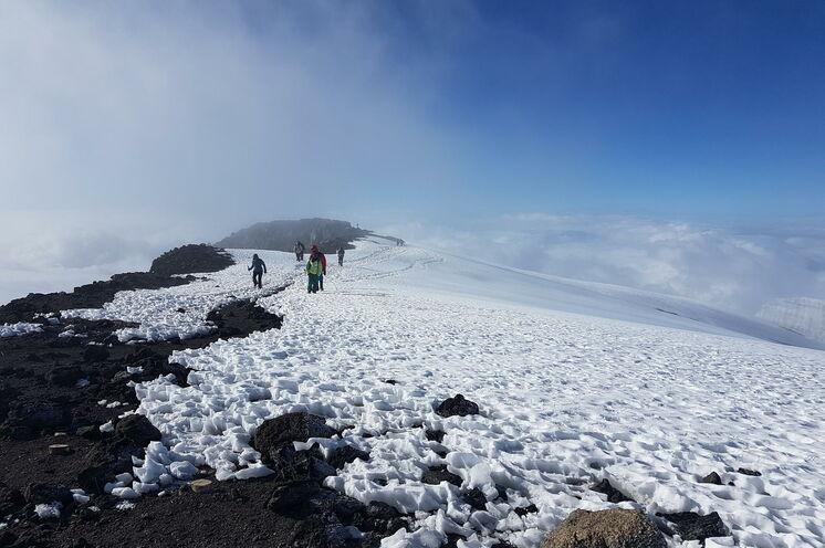 Auf dem Gipfelplateau kann es schon einmal frostig werden - gute Ausrüstung ist hier Pflicht