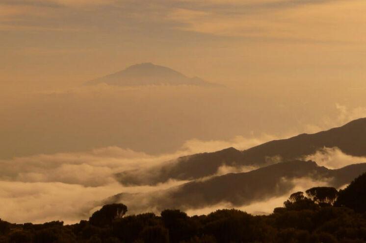 Abendstimmung am Kili und Blick zum kleinen Nachbarn Mt. Meru