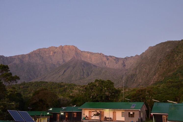 Sie übernachten in rustikalen Berghütten - hier die Miriakamba Hut auf ca. 2520 Metern