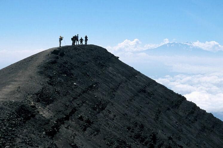 Oben auf dem Mt. Meru (4566 m) - mit weitem Blick  zum Kilimanjaro.