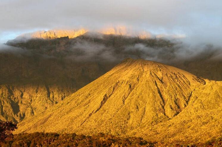Der Sekundärkrater im Abendlicht (im Hintergrund in den Wolken der Gipfel).