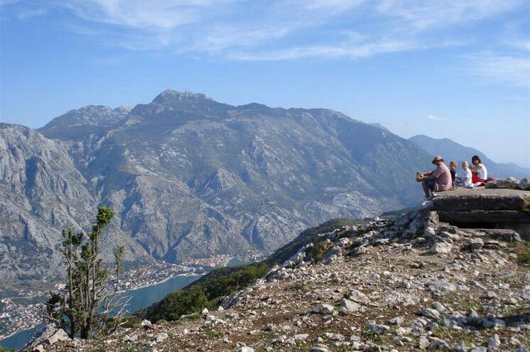 Am Gipfel des Vrmac, Blick auf Bucht von Kotor und Nationalpark Lovcen
