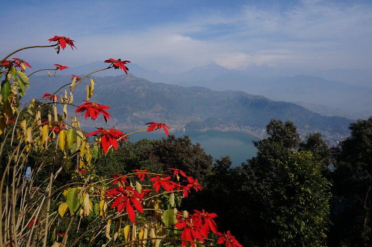 Blick von der Weltfriedensstupa über den Phewa-See und Pokhara
