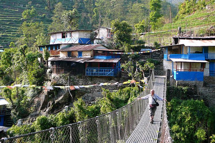 Über Hängebrücken und viele Steintreppen hinauf führt Ihr Weg ins Passdorf Ghorepani (2835 m).