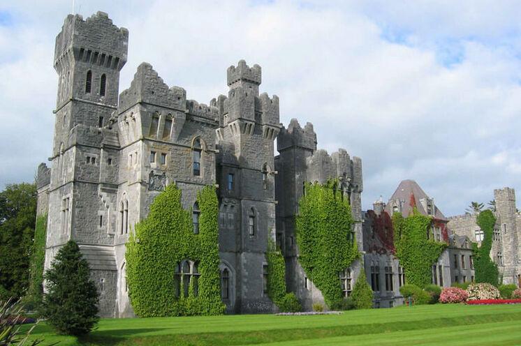 Inmitten einer 140 ha großen Parkanlage liegt die imposante Burg Ashford Castle aus dem 13. Jahrhundert