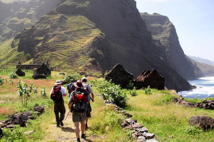 In kleiner Gruppe erkunden Sie die Aktiv-Highlights des Archipels. Hier: Steilküstenwanderung auf Santo Antão.
