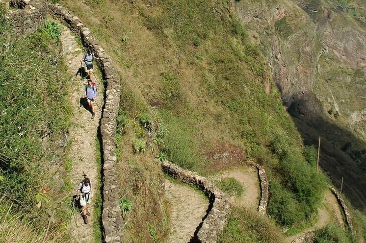 Auf alten Eselspfade geht es die Steilwände hinab