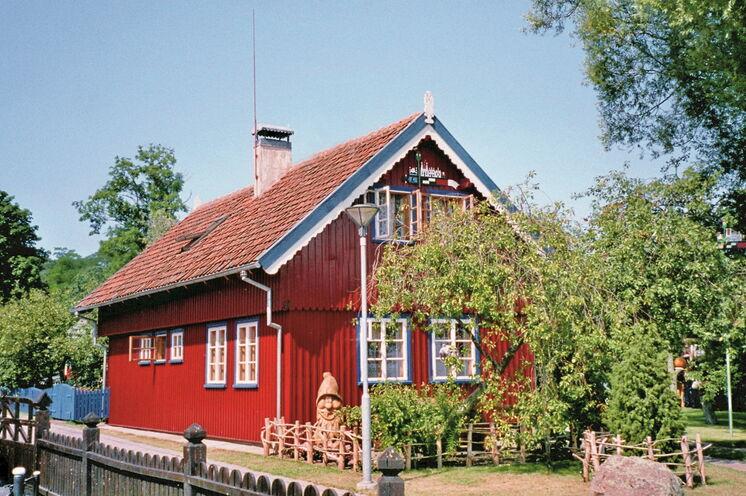 Typisch Litauen: farbenfrohe Häuser, umgeben von malerischen Gärten, wie hier in Nida