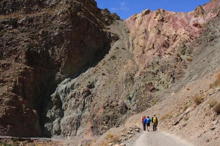 Unterwegs in der farbprächtigen Kulisse des Hohen Atlas Gebirges.
