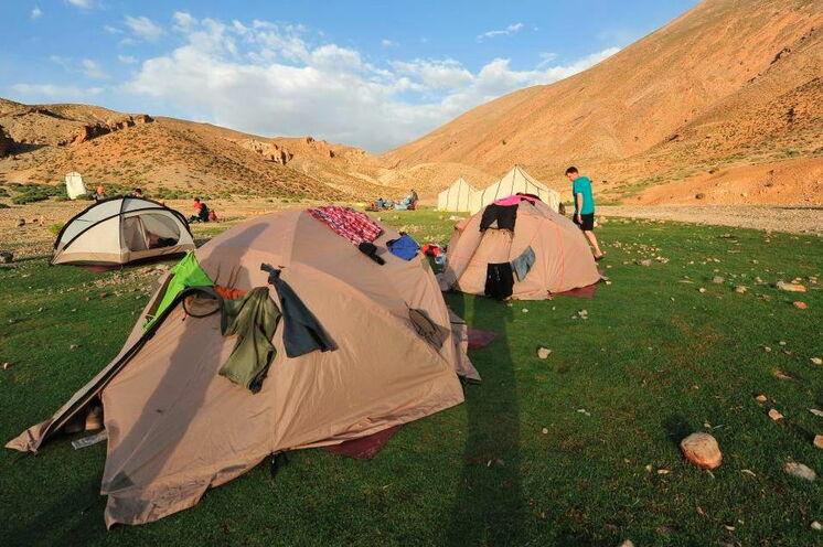 In den kleinen Zelten übernachten Sie.