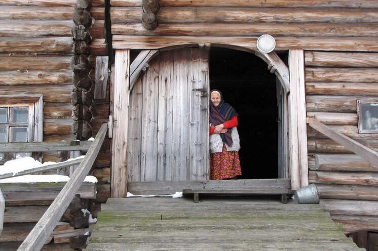 Ab und zu wird der Besucher zum Tee eingeladen. Hier in ein über 250 Jahr altes Haus (Insel Kischi).