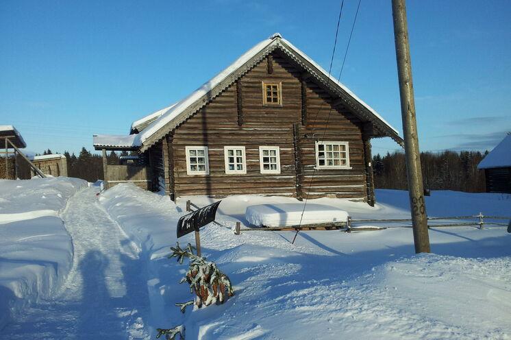 Karelische Holzhausarchitektur in Kinerma und Sie mittendrin