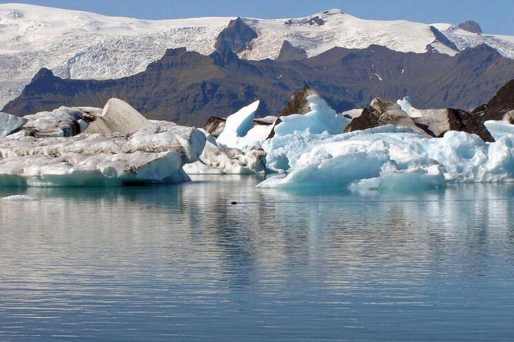 Der Vatnajökull im Skaftafell-Nationalpark kalbt in die Gletscherlagune Jökulsárlón