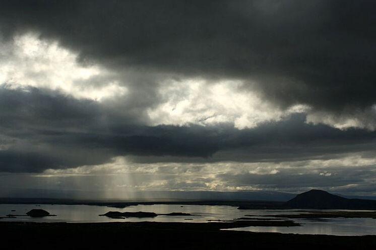 Abendliche Düsterstimmung am Mývatn. Islands Lichtstimmungen sind ein Fest für Fotografen.