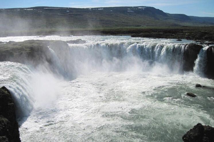 Mehr als einen Stopp wert am 4. Tag - der Wasserfall Goðafoss.