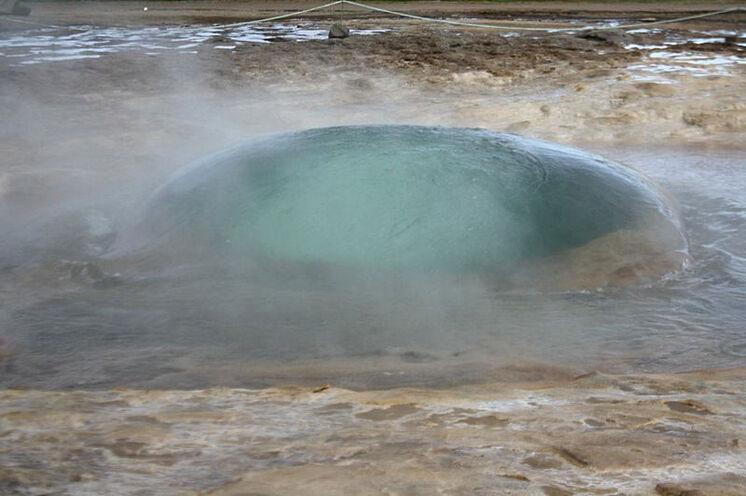 Ring-Höhepunkt Nr. 2: Der Geysir Strokkur im Heißwassertal Haukadalur. Gleich geht er...