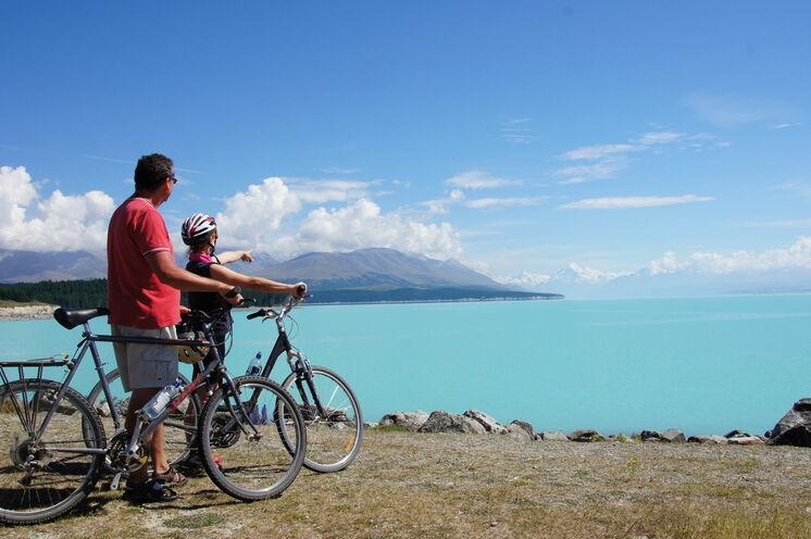 Radreise Neuseeland - bei uns können Sie in die Pedale treten und wie hier am Lake Tekapo mit Blick zum Mount Cook, die Seele baumeln lassen.