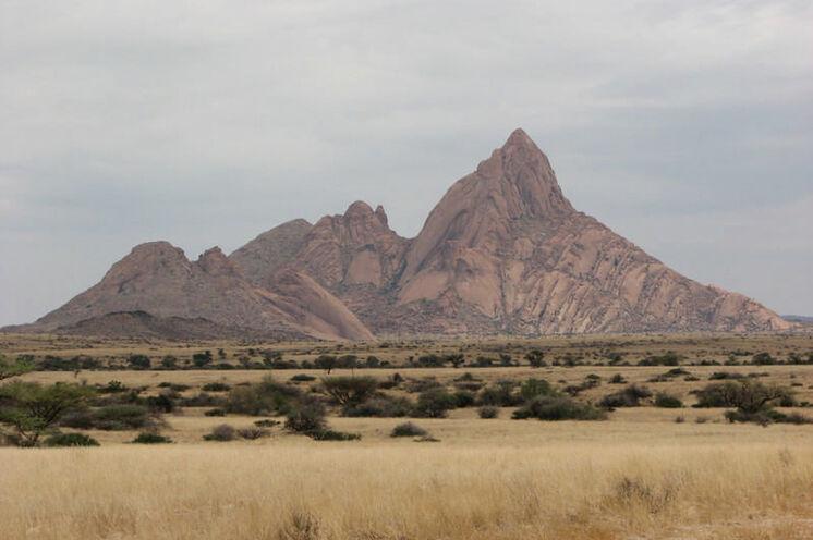 """Die Spitzkoppe, auch als das """"Matterhorn Namibias"""" bekannt, liegt 120 km östlich von Swakopmund und überragt seine Umgebung um 700 Meter."""