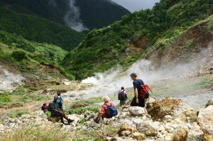 """Zu Fuß geht es auf Dominica zu den """"Boiling Lakes"""". Hier ist die Kraft der Erde spürbar."""