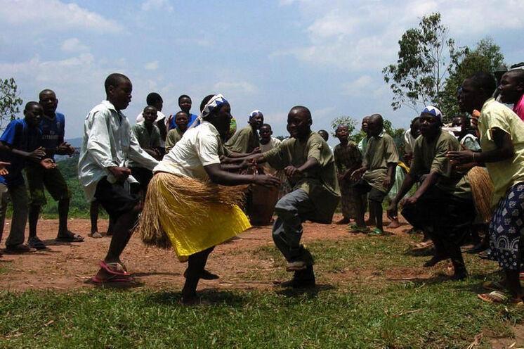 Berührung mit den Einheimischen bei Tanz und Lebensfreude