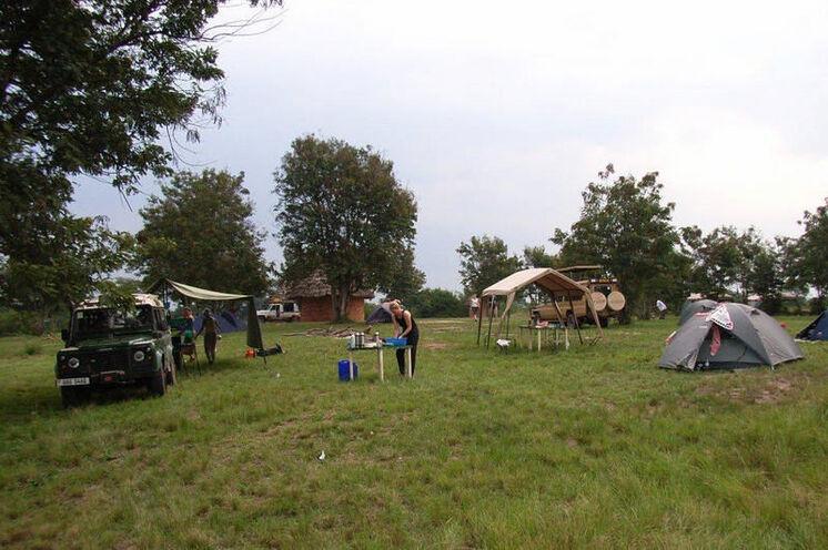 Das Zeltlager steht - nun wird das Essen vorbereitet.