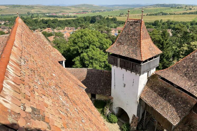 Geheimnisvoll und einzigartig sind vor allem die mehr als 100, teils gut erhaltenen Kirchenburgen. (Viscri /Deutsch-Weißkirch)