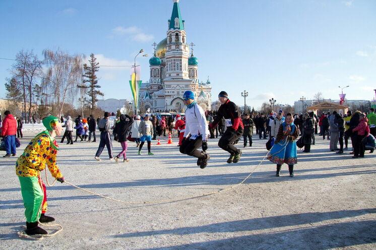 Aufwärmen am Start unmittelbar an der Mariä-Himmelfahrt-Kathedrale; die Stimmung ist für den Tag der Russischen Weihnacht ausgelassen und heiter...