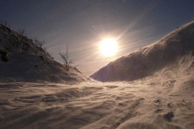 Mit Ski durch beeindruckende Landschaft der Fjällen.