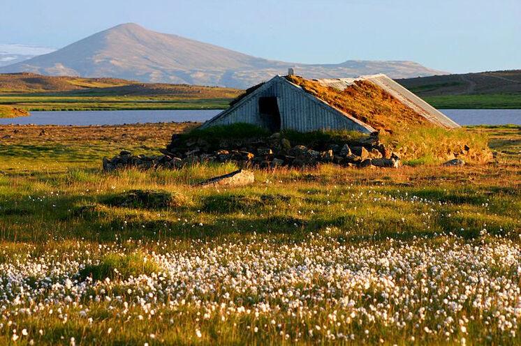 Alter Schafstall im Hochland während lichtschönster Abendstimmung