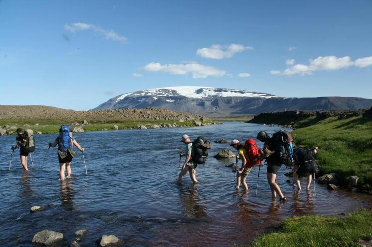 ...ab und wann dürfen sogar größere Flüsse gequert (furten) werden.