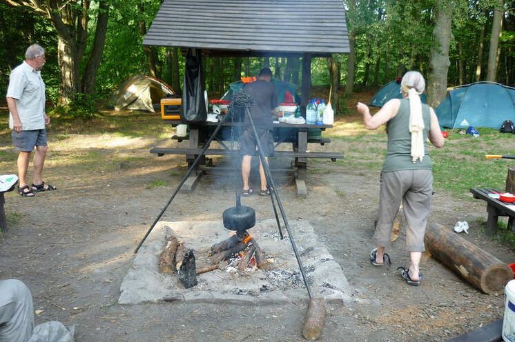 Am nächsten Biwakplatz werden die Zelte aufgestellt, ein Lagerfeuer entzündet und das Essen zubereitet
